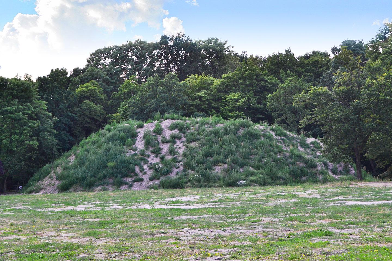 Piramida porośnięta chwastami i ruina ruiny kościoła św. Ducha…